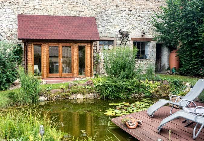 Ein Gartenhaus in einer Scheune