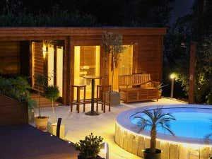 Saunahaus mit Pool bei Nacht