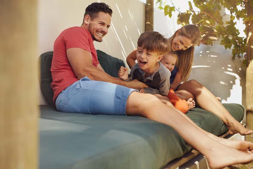 Mit Matratzen und Decken können Sie schnell eine kinderfreundliche Terrassenecke kreieren.