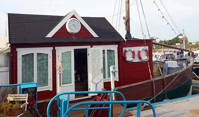 Ein Originell: Hausboot als Gartenhaus