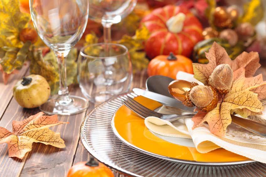 schöne Tischdeko mit Blättern und Kürbissen