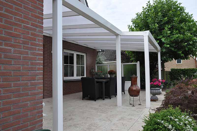Eine Modern Gestaltete Terrasse Mit Aluminiumüberdachung