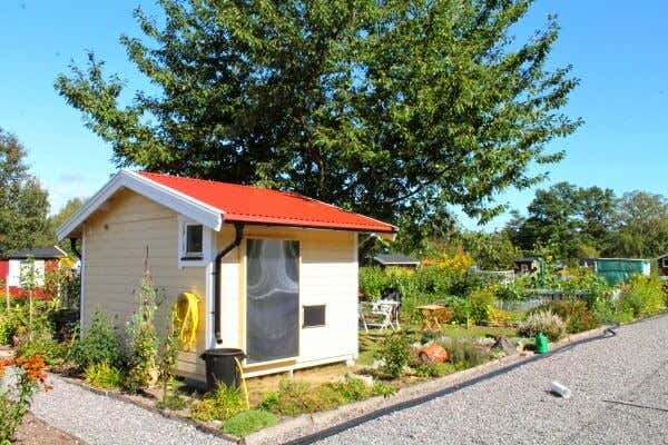 Luft-Sonnenkollektor auf dem Gartenhaus.