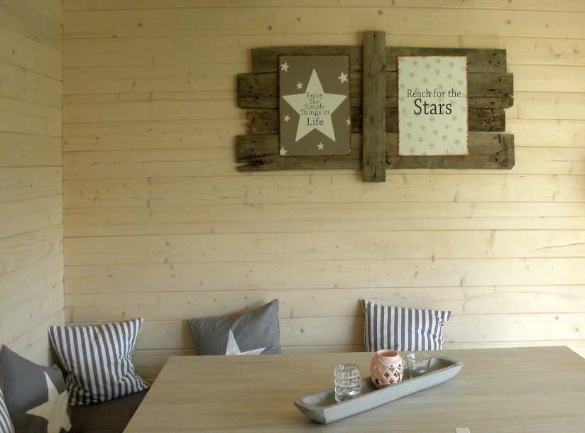 Auf Der Gegenüberliegenden Seite Des Spärlich Möblierten Gartenhauses Heißt  Ein Ebenfalls Aus Alten Holzplanken Bestehendes Schild Die Gäste Im  Barbereich ...