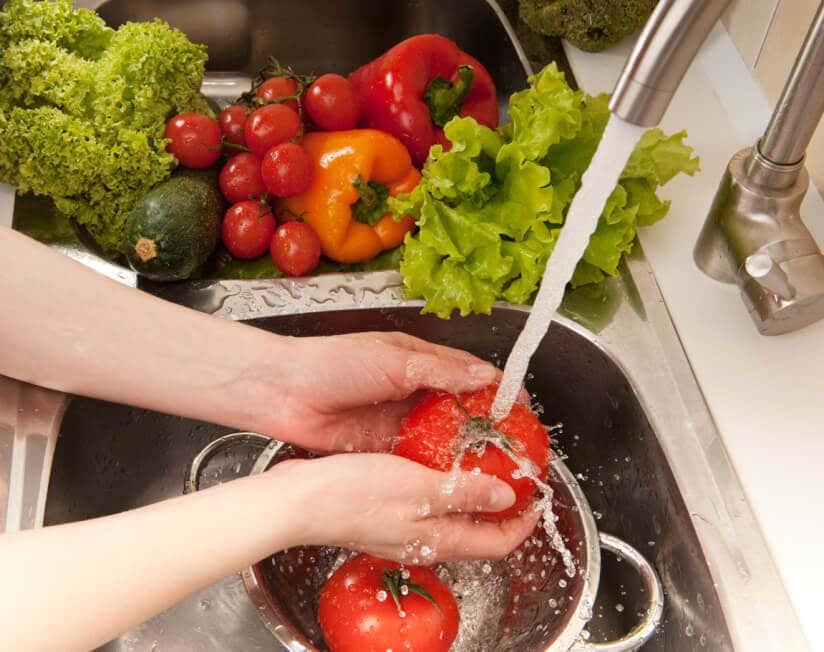 Gemüse wird in der Spüle gewaschen