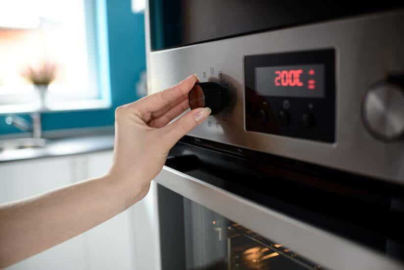 Beim Ofen wird die Temperatur eingestellt