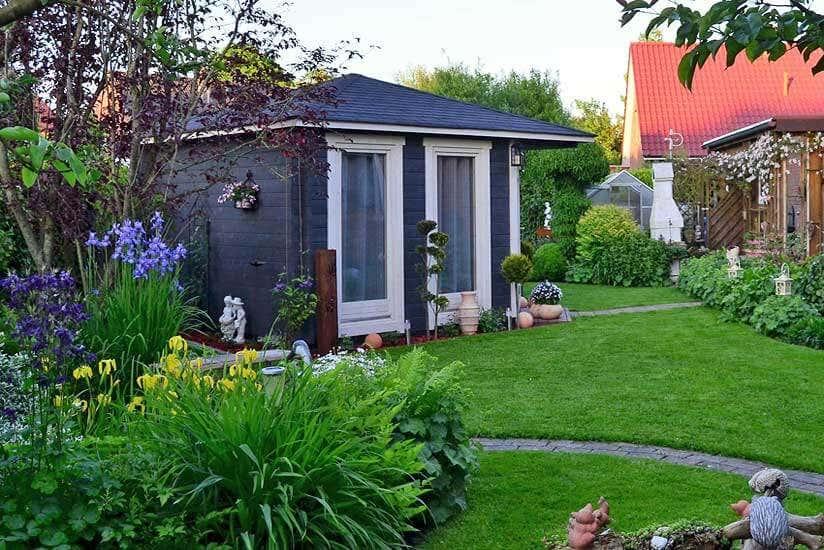 Gartenhaus Maja-44 ISO in schöner Gartenlandschaft