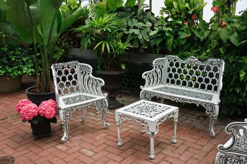 Gartenmöbel reinigen: So werden Holz, Metall & Co. sauber