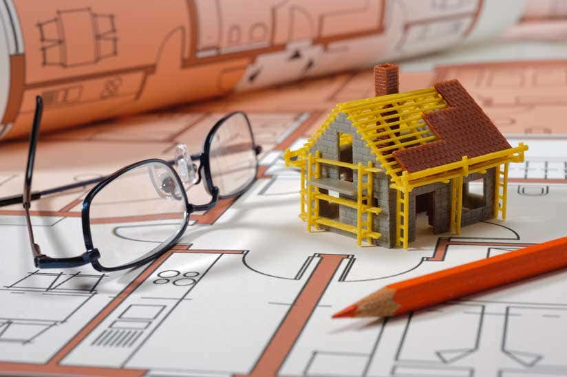 Grundriss mit Bleistift und Modellhaus