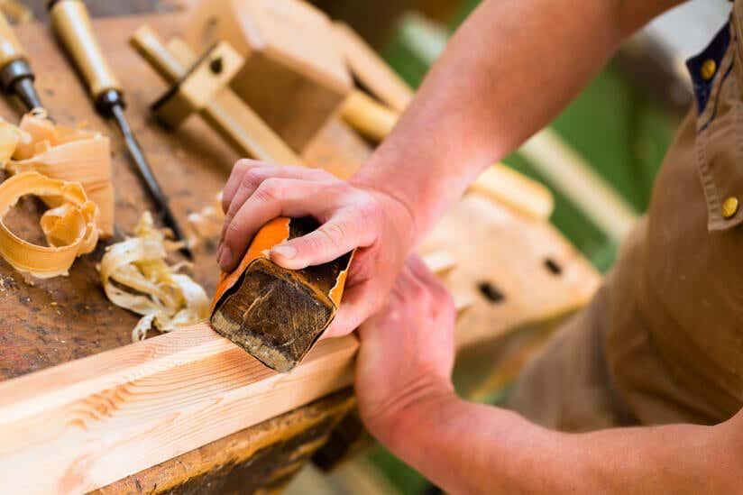 Holzwerken Mann schleift