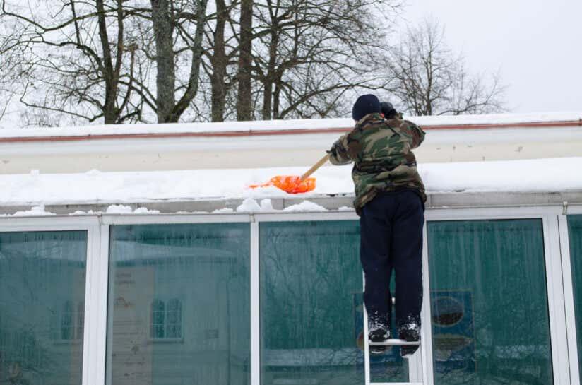 Terrassendach von Schnee befreien