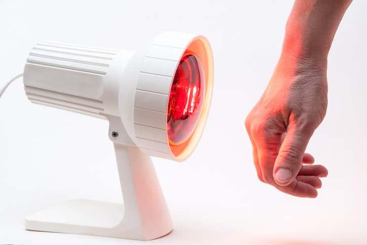 Infrarotlampe mit Hand